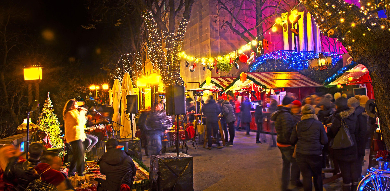 Mercatino di Natale di notte a Zagabria, in Croazia.
